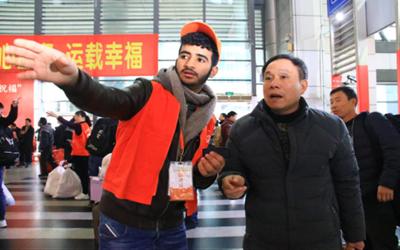 """【新春走基层】春运路上,外国志愿者来""""指路"""""""