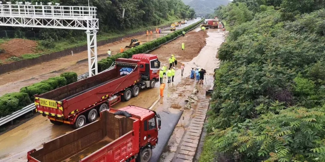 【奮戰搶險贏時間】和時間賽跑!泥石流衝入高速公路 奮戰3小時搶通