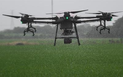 浙江湖州:三千余畝稻田 無人機施肥