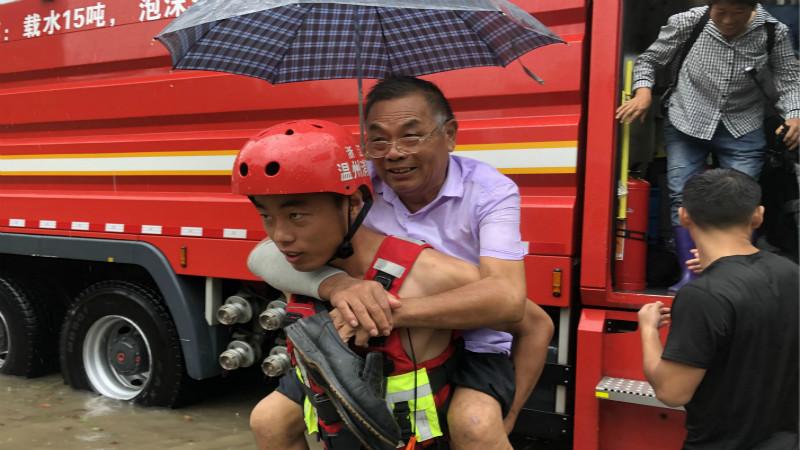 抗台救灾丨浙江消防员蹚水救出被困老人