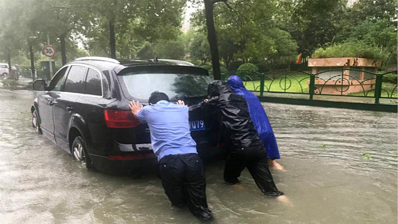 """抗台救灾丨温州这群""""警察叔叔""""逆风而行"""