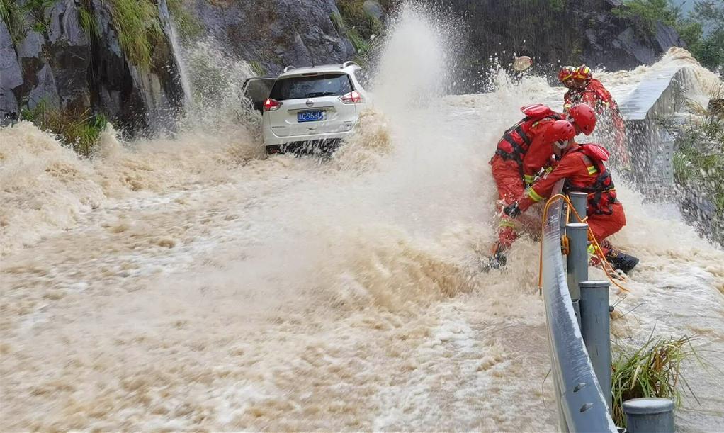 抗台救灾丨山洪暴发,金华磐安消防悬崖边救援3小时